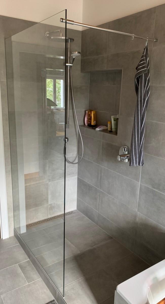 Walk-In Dusche mit durchgesteckter Stabilisierungsstange